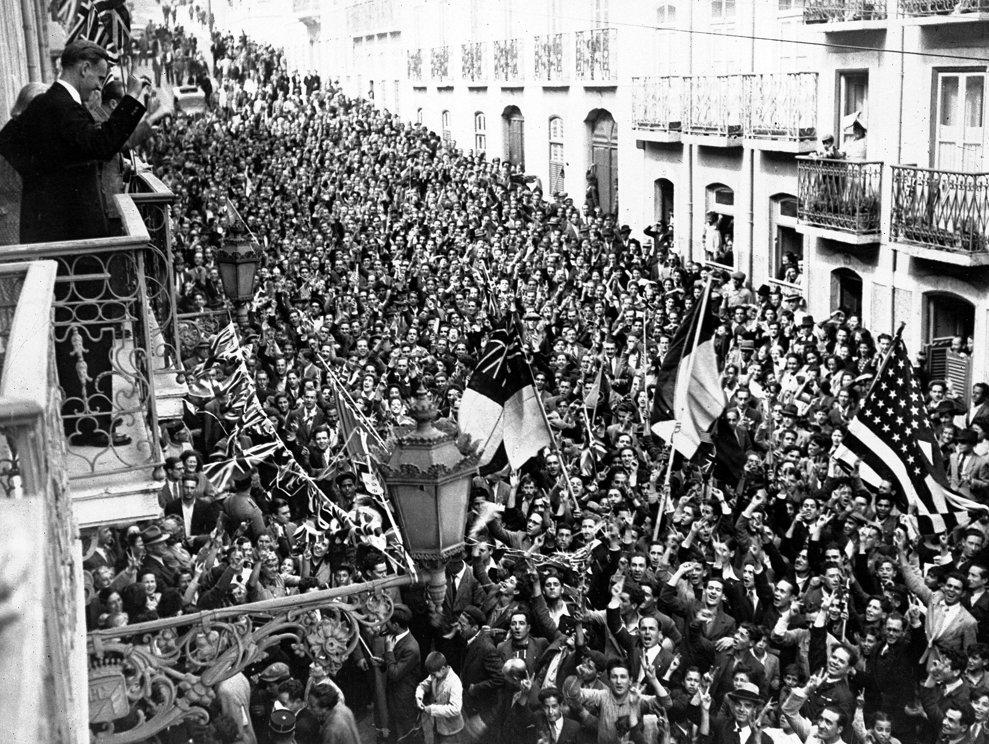Oamenii au luat cu asalt Ambasadele SUA şi Marii Britanii din Lisabona pe 8 mai 1945. Mulţimea euforică a sărbătorit 2 zile şi 2 nopţi. (AP Photo)