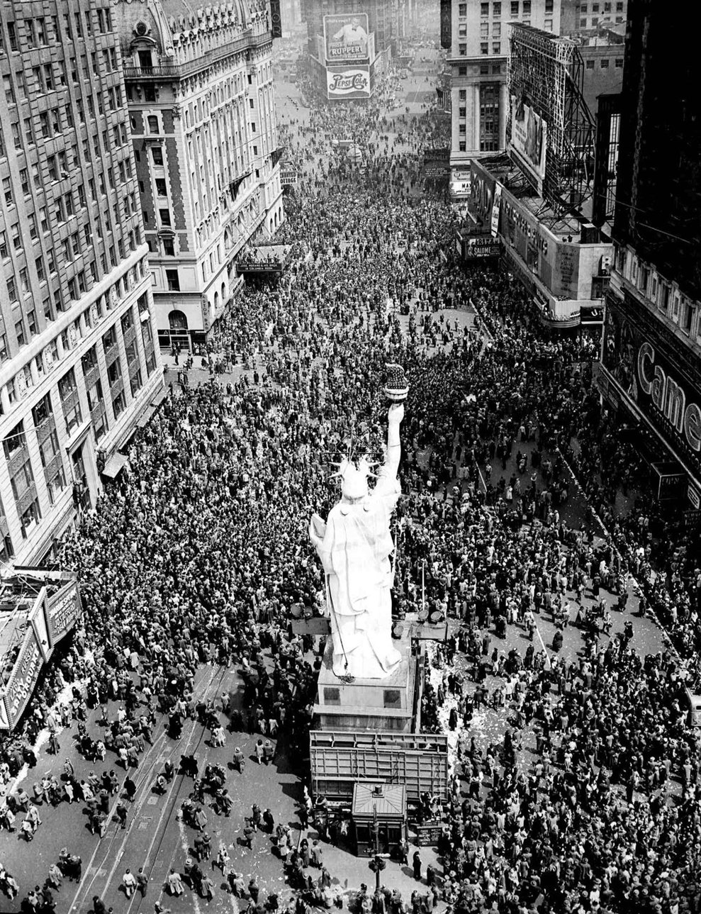 Mulţimea adunată în Times Square din New York City pe 8 mai 1945. (AP Photo/Matty Zimmerman)