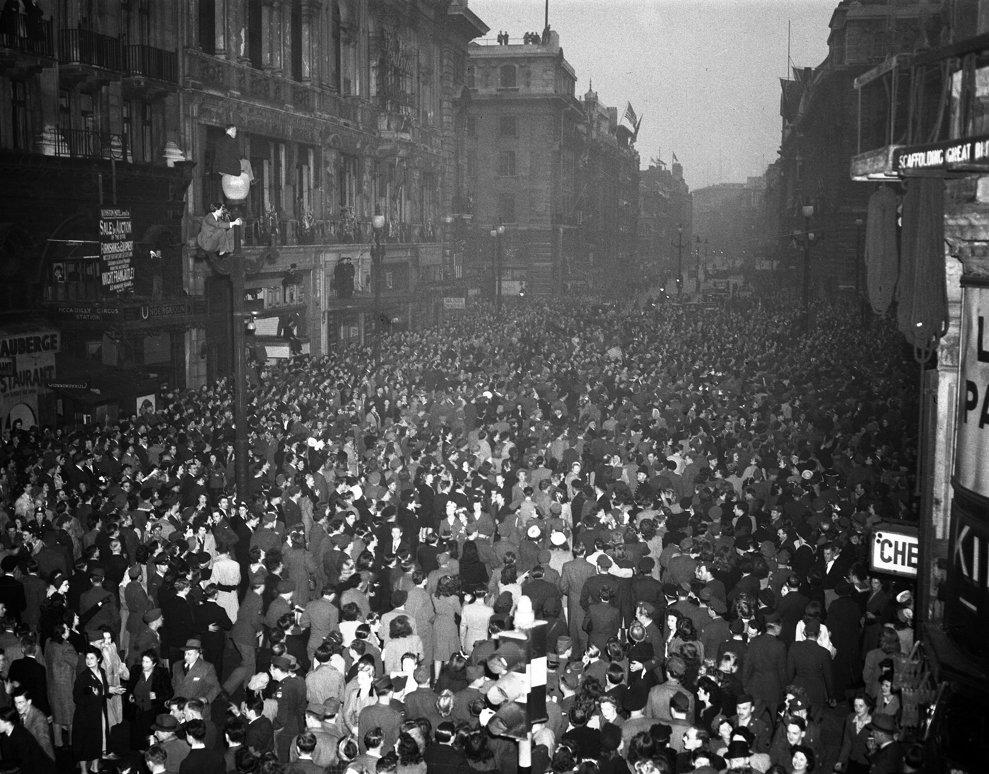Mulţimea sărbătorind în Piccadilly, Londra, capitularea Germaniei pe 7 mai 1945. (AP Photo/Leslie Priest)