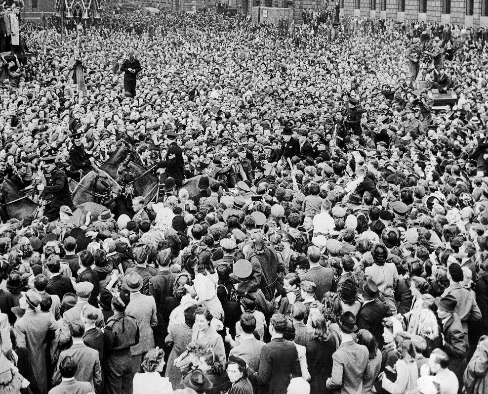Ziua Victoriei în Uniunea Sovietică. Salve de tun trase de 1600 de tunuri îm Moscova. În imagine, oamenii sărbătoresc pe o stradă mdin Minsk, Belarus, 9 mai 1945.
