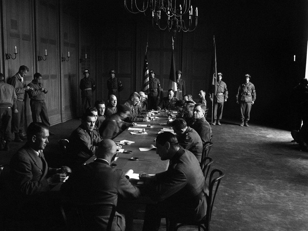 Încercuit de trupele Armatei a Şaptea a SUA, generalul Erich Brandenberger capitulează la Innsbruck.  În imagine, primăria din Innsbruck în timpul semnării pactului istoric de capitulare pe 8 mai 1945.