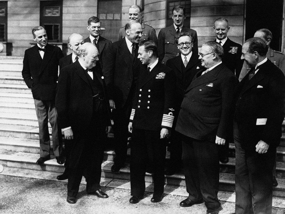 George al VI-lea al Regatului Unit discută cu premierul Winston Churchill  şi membri ai cabinetului la Palatul Buckingham pe 8 mai 1945.
