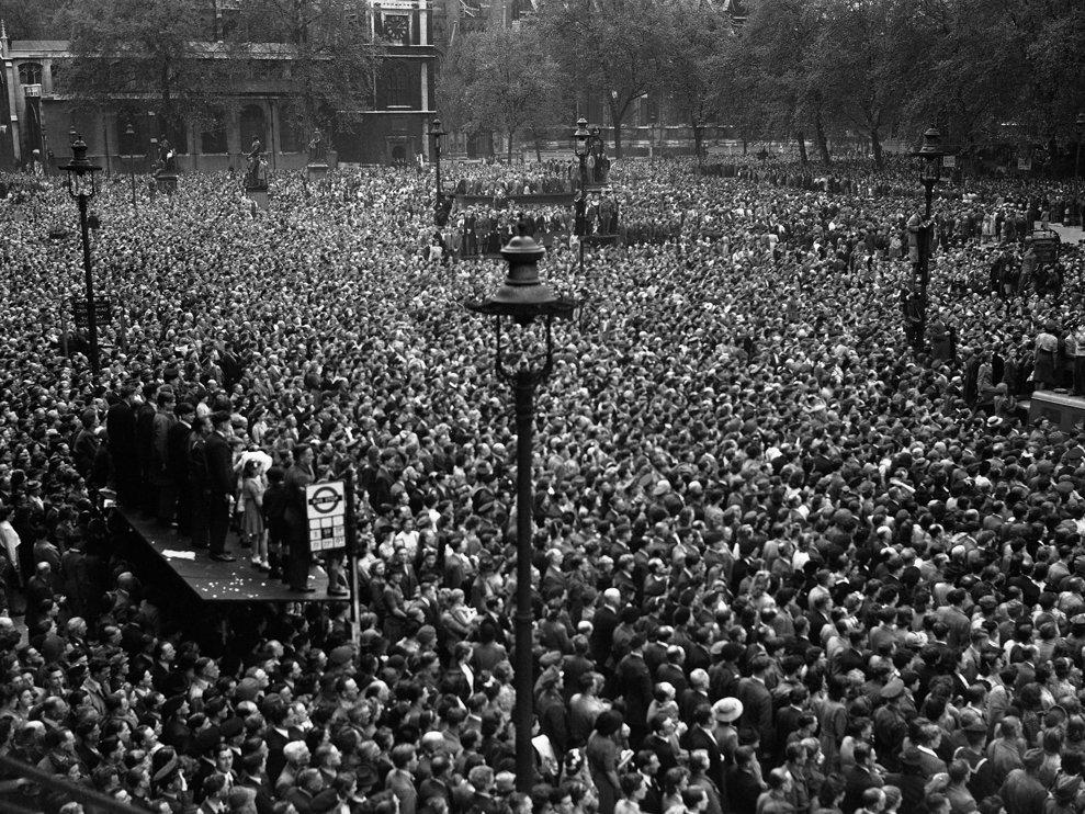 Mulţime de oameni în Piaţa Parlamentului din Londra pentru a auzi declaraţia premierului anunţând oficial capitularea necondiţionată a Germaniei, pe 8 mai 1945.