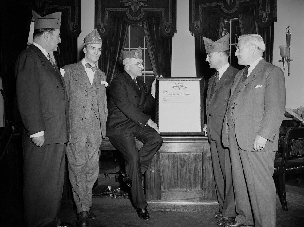 Preşedintele  Harry S. Truman primeşte un document din partea veteranilor americani pe 8 mai 1945, la Casa Albă.