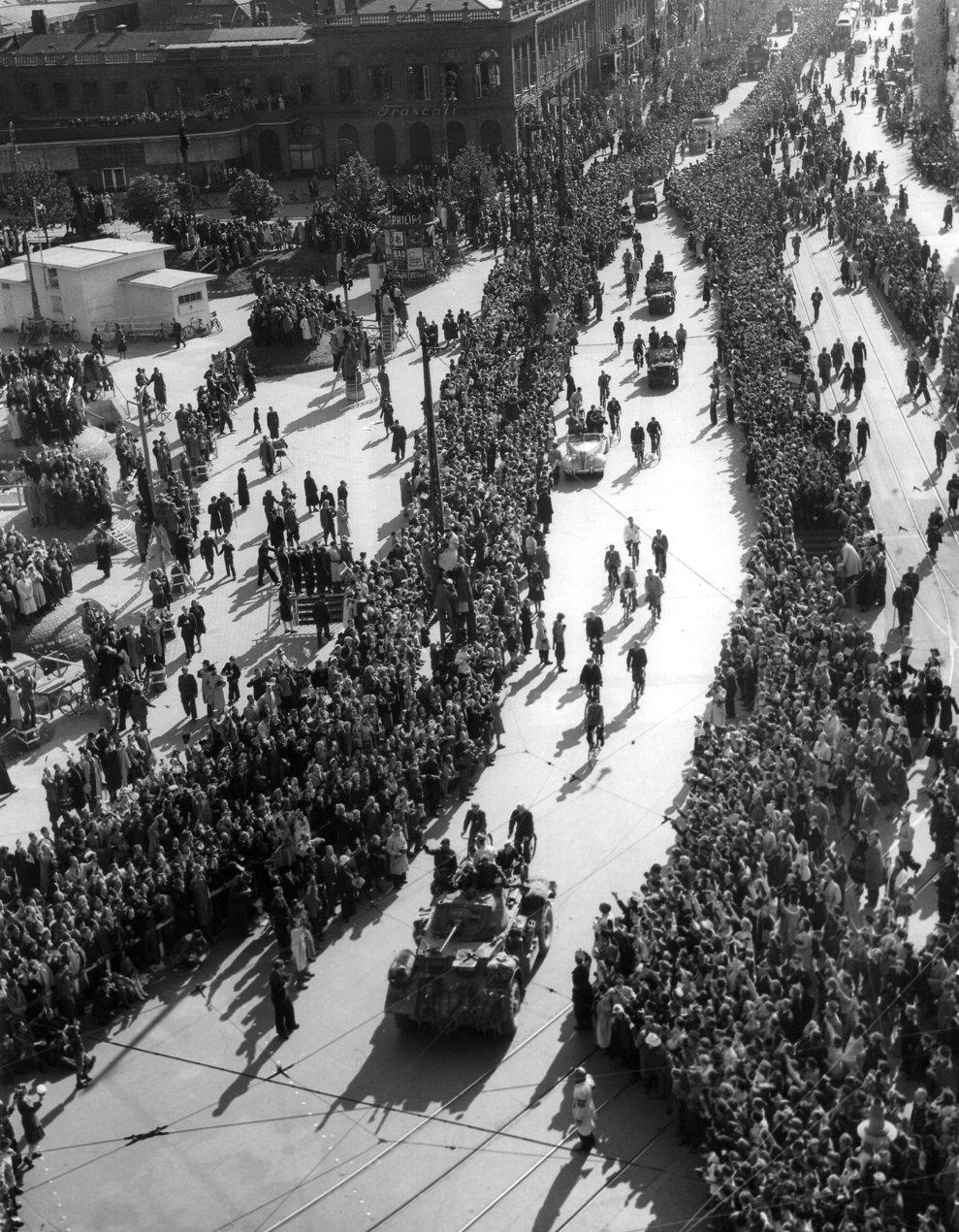 Trupele britanice intră în uralele mulţimii în  Copenhaga pe 11 mai, 1945, după anunţarea capitulării Germaniei în faţa Forţelor Aliate.(AP Photo/Eddie Worth)
