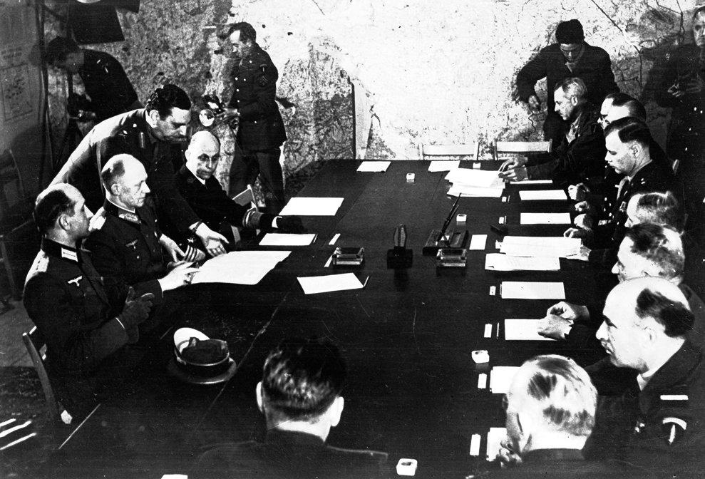 Delegaţii Germani semnează capitularea în Reims, Franţa, 7 mai, 1945. (AP Photo/Morse)