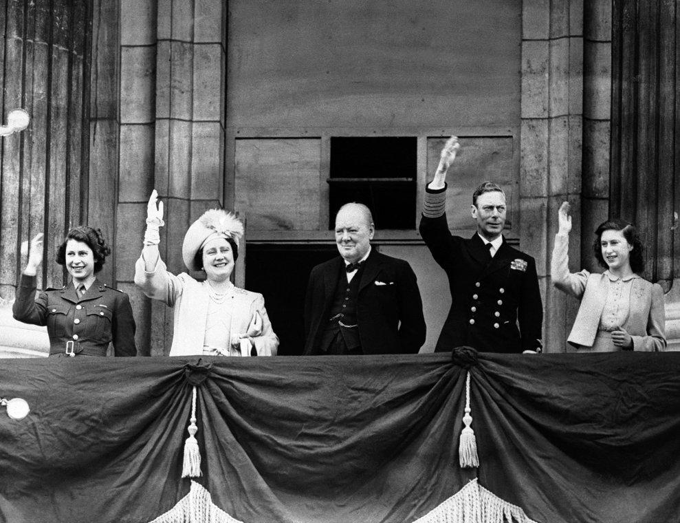Premierul britanic Winston Churchill, alături de familia regală, Prinţesa Elisabeta, Regina Eşisabeta, Regele George VI, Prinţesa Margareta, la balconul Palatului Buckingham, pe 8 mai 1945.