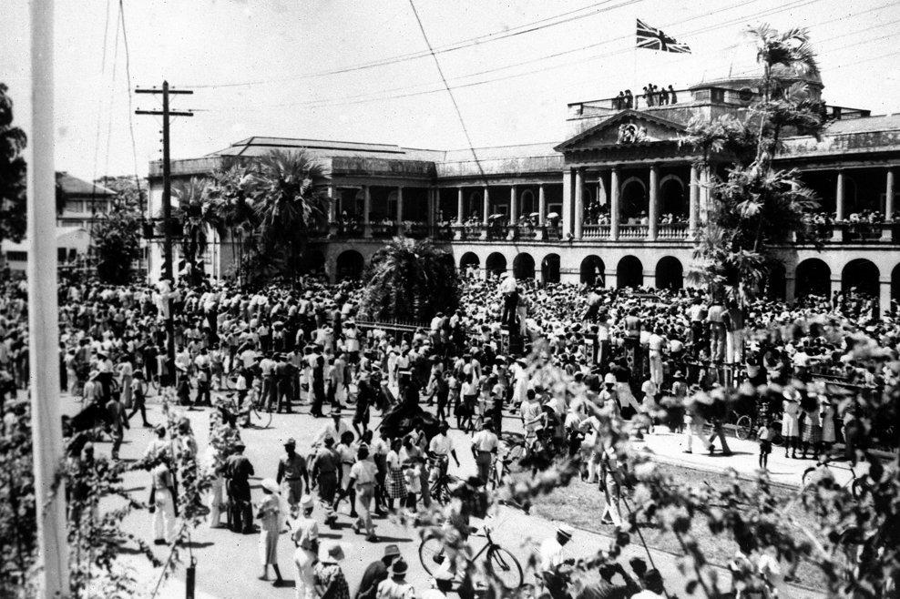 Sir Gordon Lethem,  guvernator al Guyanei Britanice, citeşte de la balcon în Georgetown anunţul capitulării Germaniei pe 8 mai 1945.