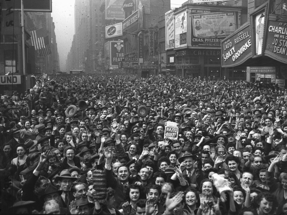 Mulţimea adunată în Times Square din New York City pe 7 mai 1945.  (AP Photo/Harry Harris)