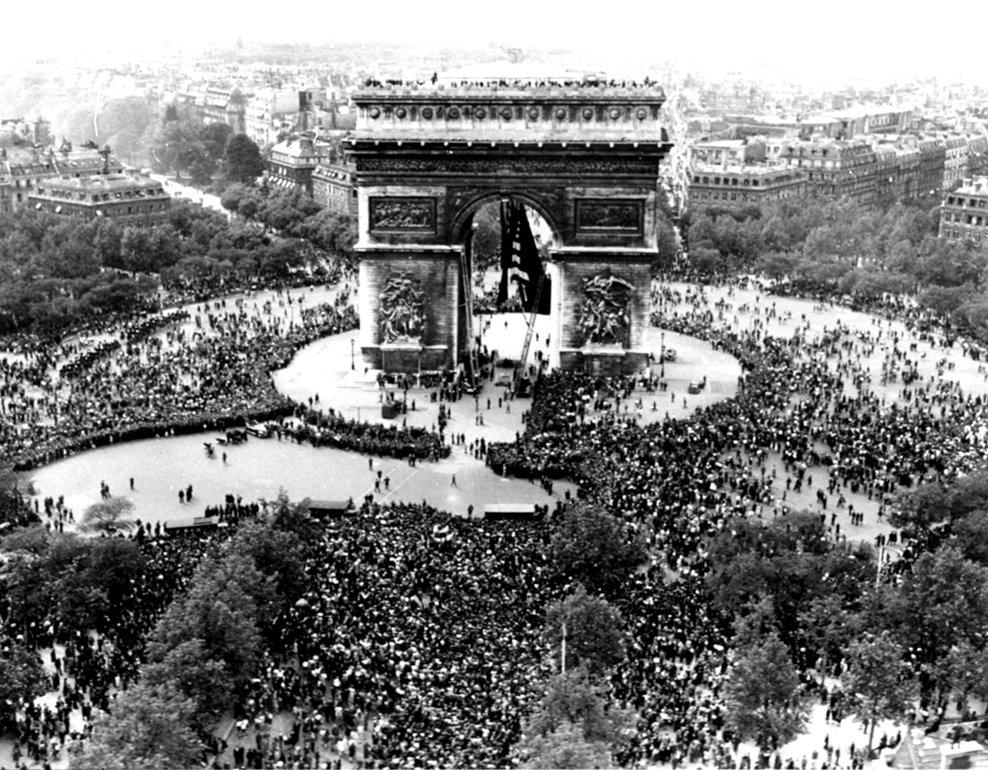 Vedere aeriană cu Arcul de Triumf din Paris şi mulţimea de franvezi sărbătorinf capitularea Germaniei 7 mai, 1945.