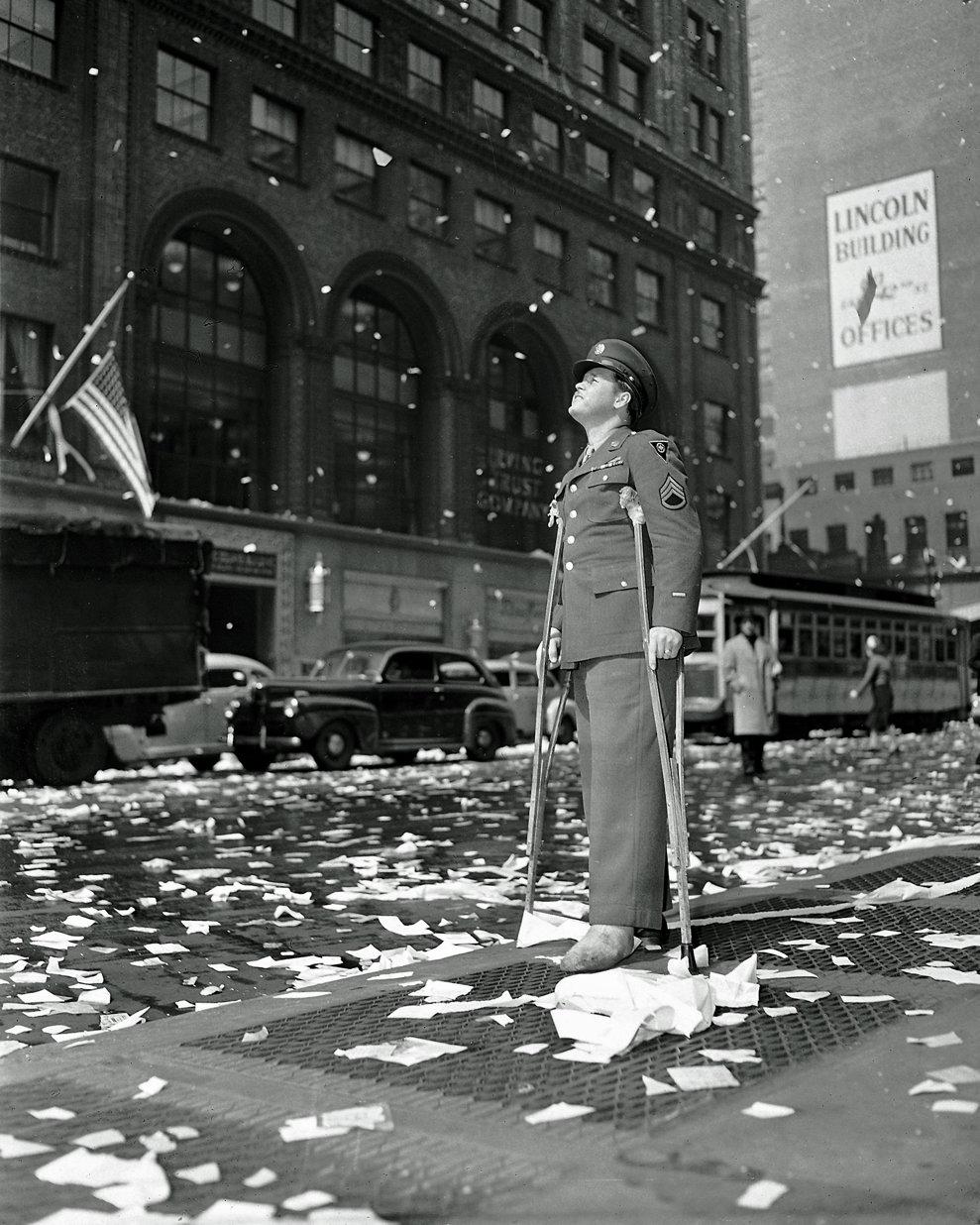 Sergentul american Arthur Moore, rănit în Belgia, sărbătoreşte în New York, capitularea Germaniei, 7 mai 1945.