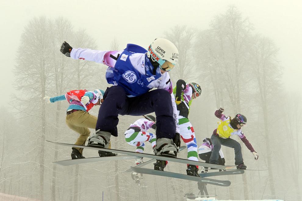 Nelly Moenne Loccoz (S2) şi Helene Holafsen (D) concurează în finala probei feminine de cross snowboard din cadrul evenimentului de test al Cupei Mondiale de Snowboard şi Free Style, în Rosa Khutor, duminică, 17 feb. 2013.