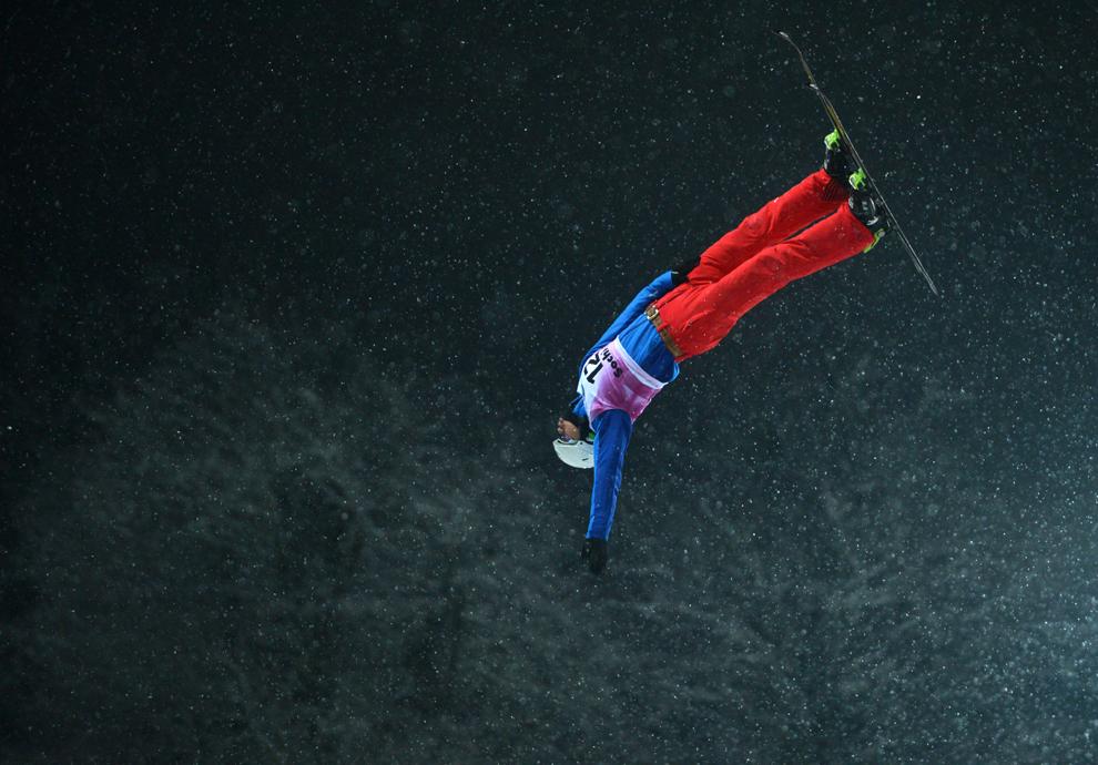 Chinezul Liu Zhongqing sare în timpul evenimentului de test al Cupei Mondiale de Snowboard şi Free Style, în Rosa Khutor, Federaţia Rusă, duminică, 17 februarie 2013.