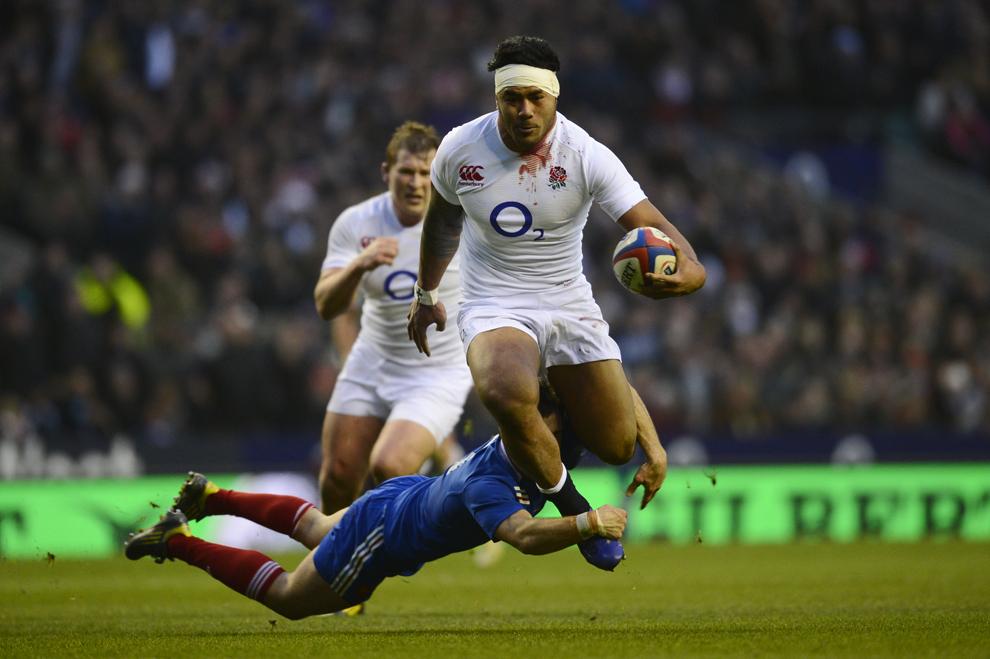 Mijlocaşul englez Manu Tuilagi (C) trece de defensiva franceză în timpul unui meci din cadrul Turneului Celor Şase Naţiuni între reprezentativele celor două ţări, în Londra, sâmbătă, 23 februarie 2013.