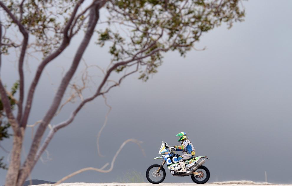 Brazilianul Jean Azevedo, din echipa KTM, concurează în cadrul etapei a 11-a a raliului Dakar, între La Rioja şi Fiambala, Argentina, miercuri, 16 ianuarie 2013.