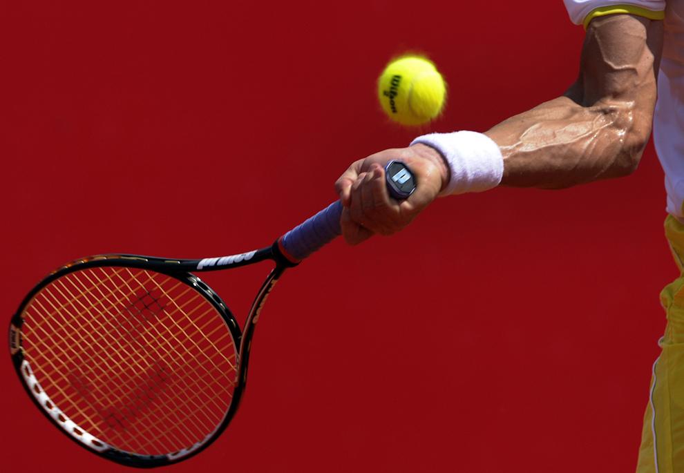 Spaniolul David Ferrer returnează o minge compatriotului său Tommy Robredo în timpul semifinalei de tenis simplu din cadrul openului ATP de la Buenos Aires, sâmbătă, 23 februarie 2013.