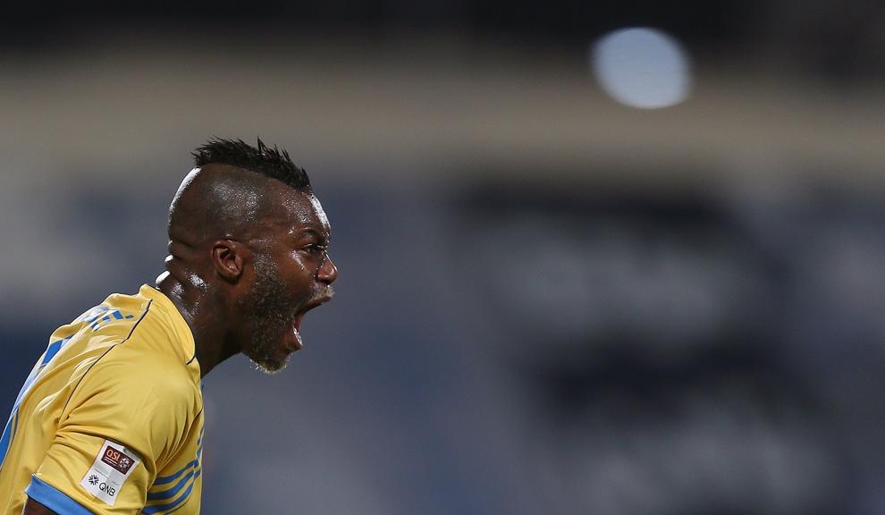 Atacantul francez al echipei Al-Gharafa's, Djibril Cisse, reacţionează în timpul meciului de fotbal susţinut împotriva Al-Khor, în cadrul Ligii de fotbal Qatar Stars, în Doha, sâmbătă, 23 februarie 2013.