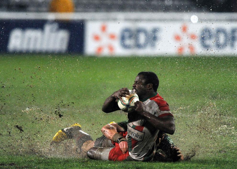 Rugbistul Takudzwa Ngwenya (prim plan), de la Biarritz Olympique, este atacat de George Lowe, de la Harlequins, în timpul meciului din cadrul Cupei Europene la Rugby, în Biarritz, Franţa, vineri, 18 ianuarie 2013.