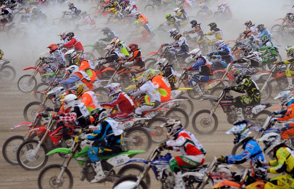 Mai mulţi concurenţi participă la a 8-a ediţie a cursei de motociclete Touquet Enduropal, pe o plajă din Le Touquet, Franţa, duminică, 3 februarie 2013.