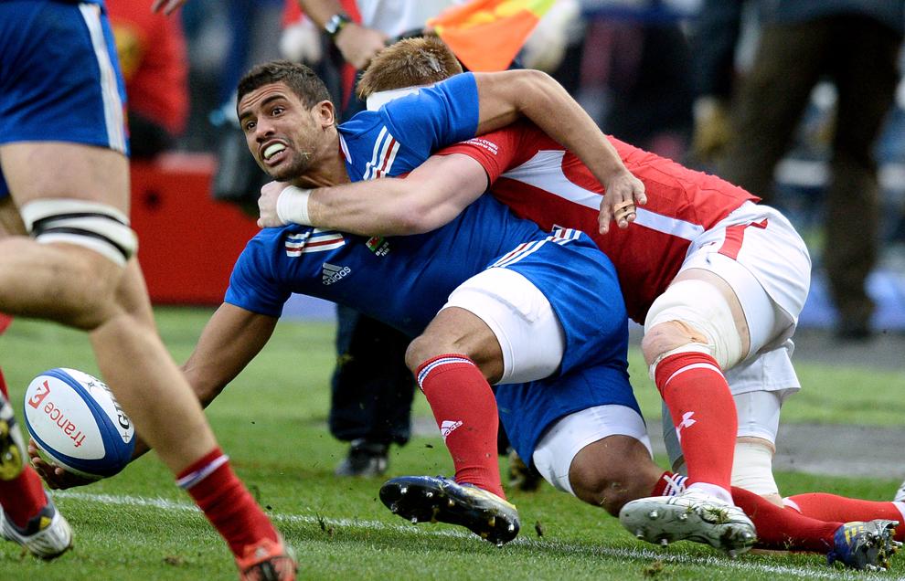 Francezul Wesley Fofana (S) este atacat de Andrew Coombs (D), de la naţionala Galeză, în timpul meciului din cadrul Turneului Celor Şase Naţiuni la Rugby, în Saint-Denis, sâmbătă, 9 februarie 2013.