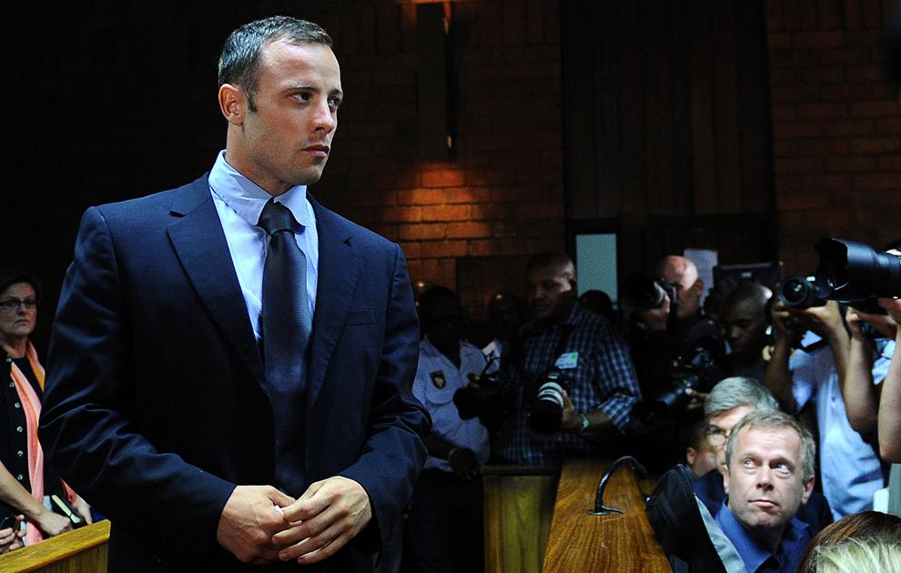 Atletul sud-african Oscar Pistorius este prezent în faţa unei instanţe judecătoreşti care urmează să judece cererea sa de eliberare pe cauţiune, în Pretoria, vineri, 22 februarie 2013.