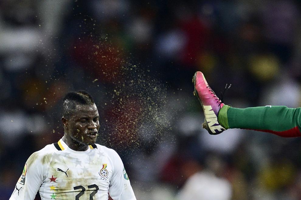 Mijlocaşul ghanez Mubarak Wakaso luptă pentru minge cu un jucător al naţionalei de fotbal din Burkina Faso, în timpul semifinalei Cupei Africii pe Naţiuni, în Nelspruit, Africa de Sud, miercuri, 6 februarie 2013.
