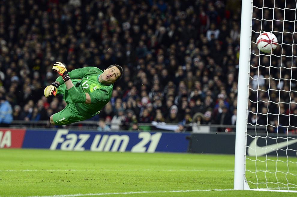 Portarul naţionalei Braziliei Julio Cesar se uită dupa minge, în timp ce aceasta este trimisă în poartă de mijlocaşul englez Frank Lampard, în timpul unui meci amical de fotbal, în Londra, miercuri, 6 februarie 2013.