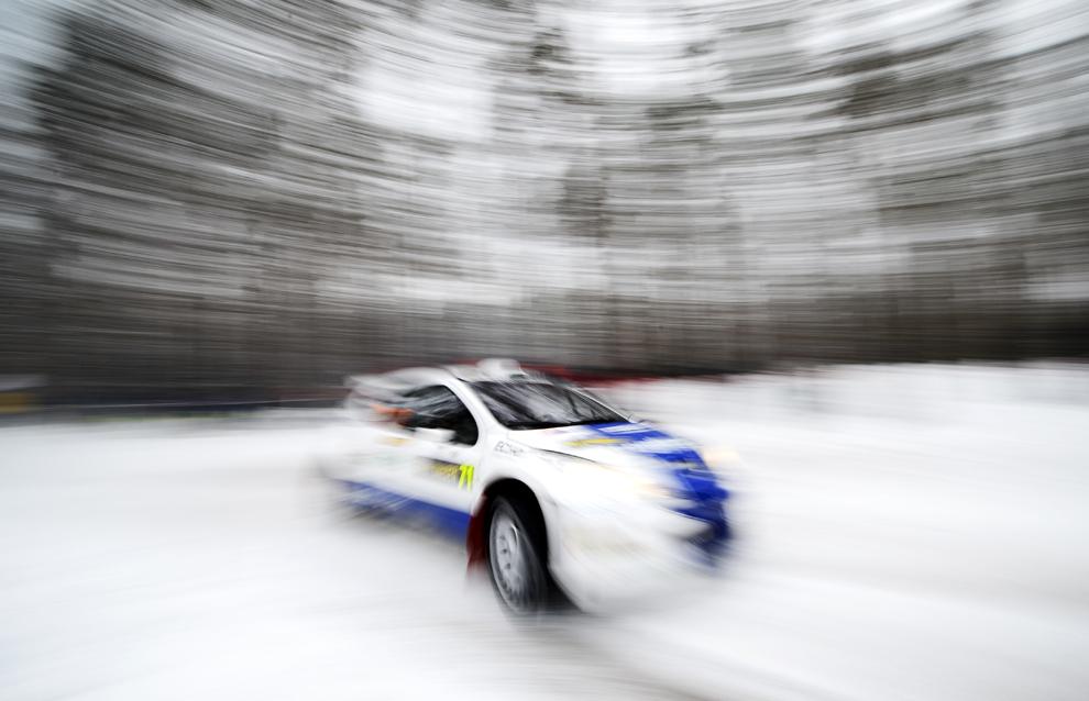 Cehul Martin Prokop conduce, alături de copilotul Michael Ernst, automobilul său Ford Fiesta în timpul Raliului Suediei, în a doua etapă a Campionatului Mondial de Raliuri FIA, lânga Hagfors, sâmbătă, 9 februarie 2013.