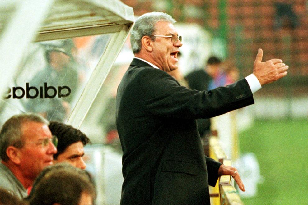 Antrenorul echipei Steaua, Emerich Jenei  gesticulează în timpul meciului Steaua Bucureşti - Linzer Ask, Austria, meci contând pentru turul I al Cupei UEFA, în Bucureşti, marţi, 14 septembrie 1999.