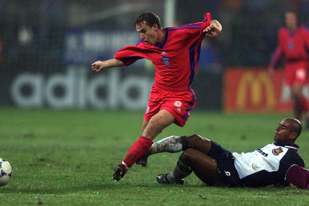 Laurenţiu Reghecampf de la Steaua Bucureşti driblează un adversar de la West Ham United, în meciul contând pentru turul II al Cupei UEFA, în Bucureşti, joi, 21 noiembrie 1999.