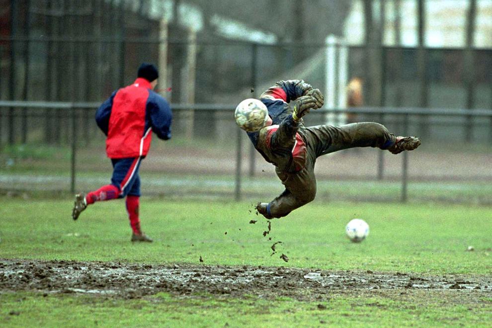 Portarul echipei Steaua Bucureşti, Martin Tudor plonjează după un balon în timpul unui antrenament, in Bucureşti, luni, 6 martie 2001.