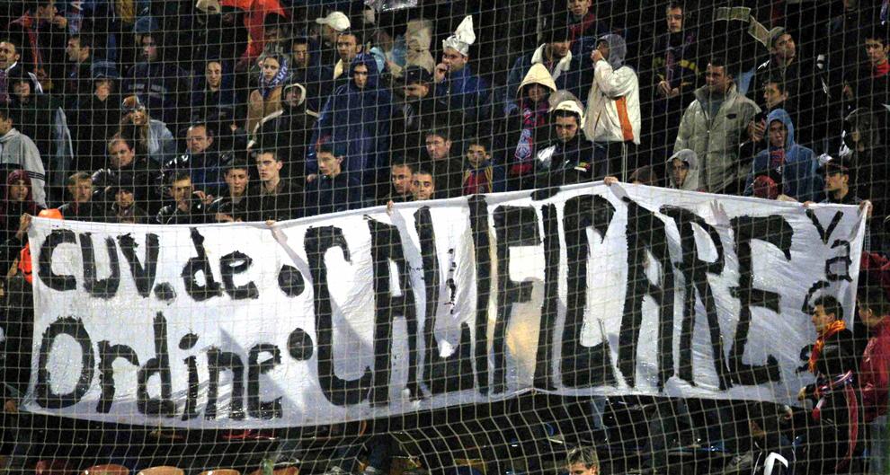 Suporterii echipei Steaua Bucureşti afişează un banner, in timpul meciului disputat contra formaţiei Southampton, în manşa secundă a turului intii al Cupei UEFA, în Bucureşti, joi, 16 octombrie 2003.