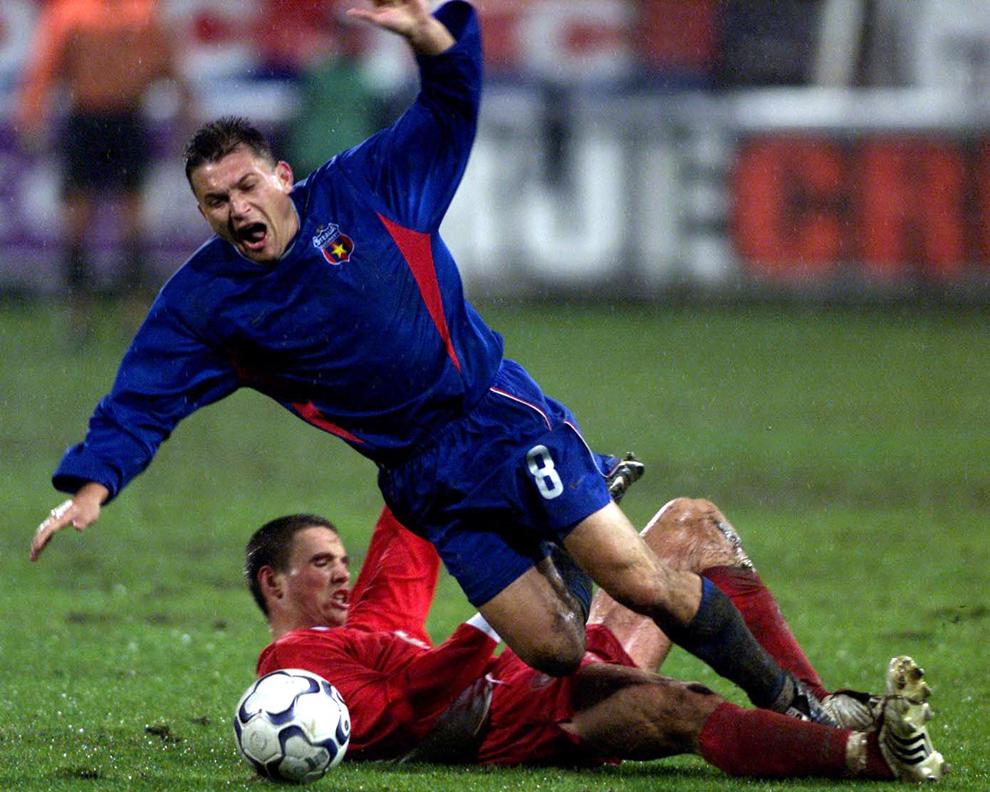 Pompiliu Stoica de la Steaua Bucureşti este faultat de jucătorul echipei FC Liverpool, Anthony Le Tallec în timpul unui meci al cupei UEFA, în Bucureşti, joi, 6 noiembrie 2003.