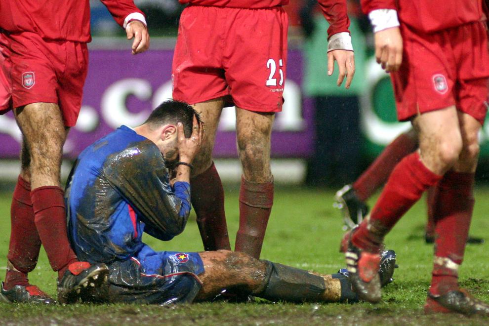 Adrian Neaga de la Steaua Bucureşti reacţionează in timpul meciului dintre Steaua si FC Liverpool din cupa UEFA, în Bucureşti, joi, 6 noiembrie 2003.