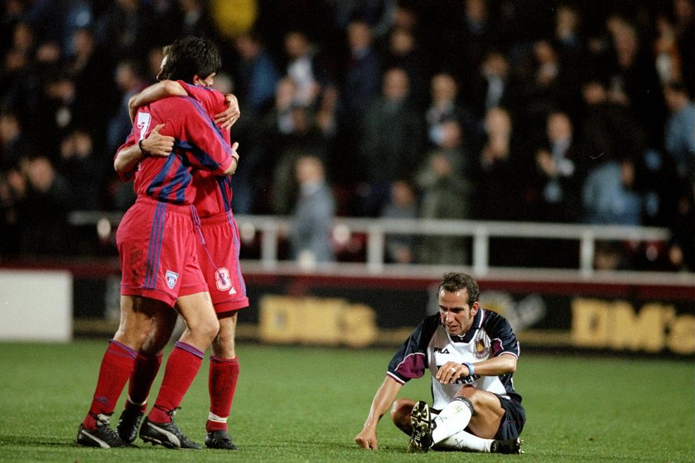 Jucătorii stelişti se bucură, în timp ce Paolo Di Canio de la West Ham este abătut,  la finalul meciului de pe Upton Park, în Londra, joi, 4 noiembrie 1999. Meciul s-a terminat la egalitate 0-0, dar Steaua se califică graţie victoriei din tur cu 2-0.