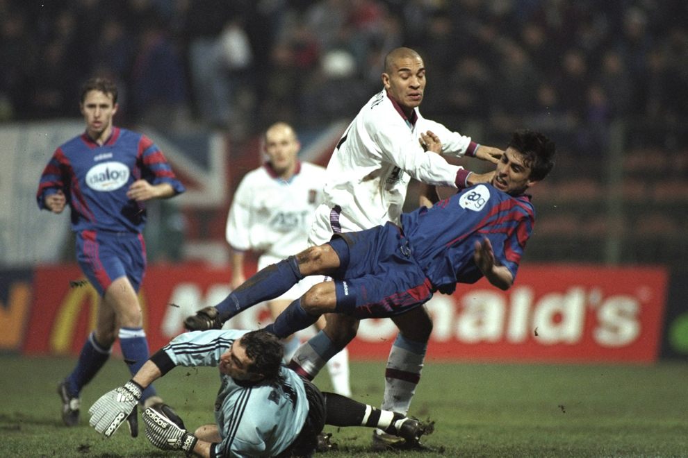 Apărarea echipei Steaua îl blochează pe Stan Collymore de la Aston Villa, în timpul meciului disputat la Bucureşti, marţi, 25 noiembrie 1997.