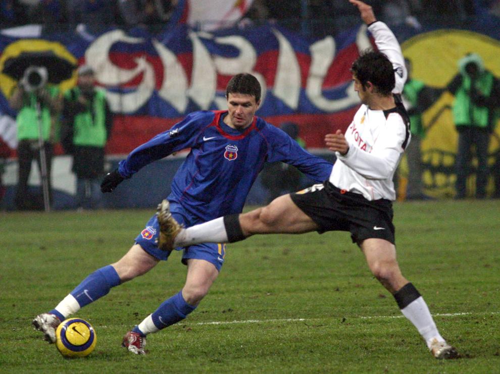 Daniel Opriţa de la Steaua Bucureşti se luptă pentru balon cu un adversar, în timpul meciului contra echipei Valencia, din manşa secundă a 16-imilor Cupei UEFA, în Bucureşti, joi, 24 februarie 2005.