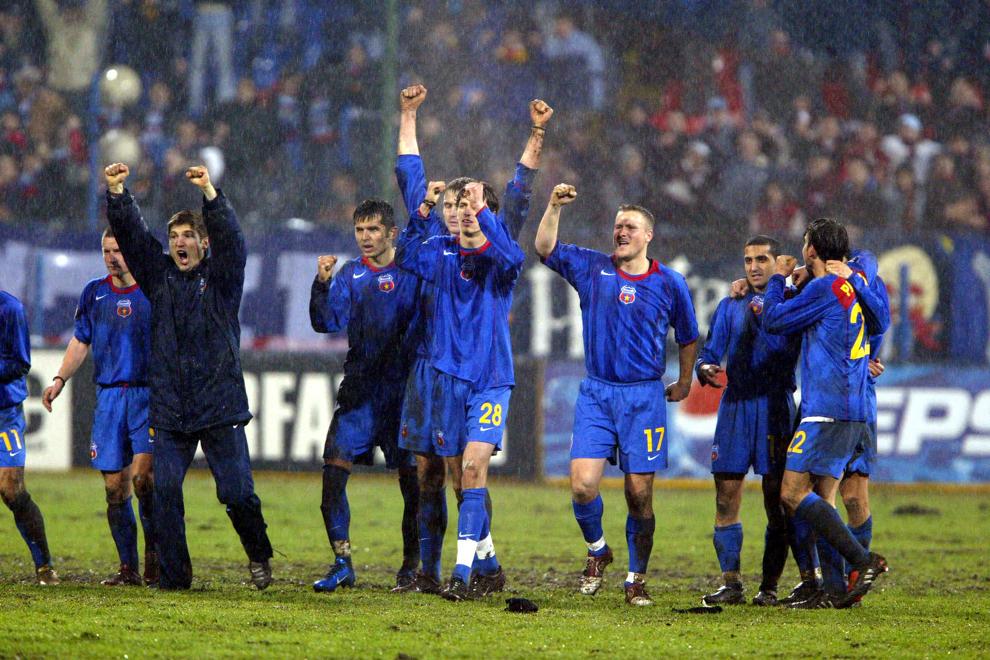 Jucătorii echipei Steaua Bucureşti sărbătoresc calificarea in faza următoare a cupei UEFA, după eliminarea echipei Valencia în urma loviturilor de departajare, în Bucureşti, joi, 24 februarie 2005.