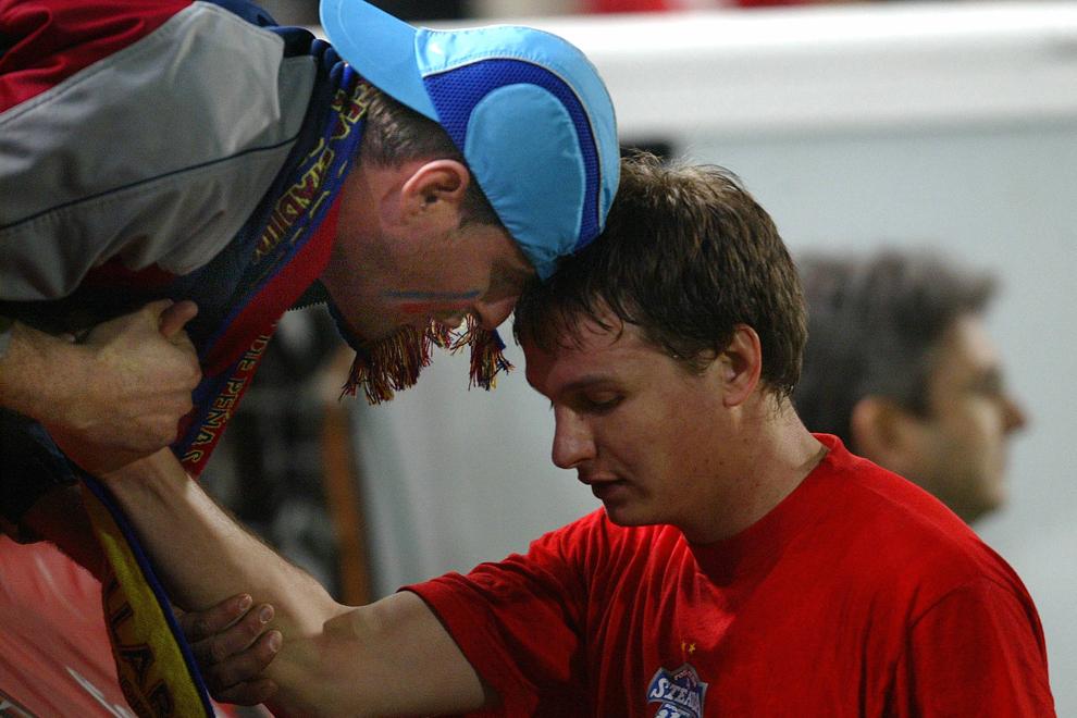 Un suporter stelist îl consolează pe Cristian Ciocoiu la finalul meciului pierdut în faţa formaţiei Villarreal, duminică 20 martie 2005.
