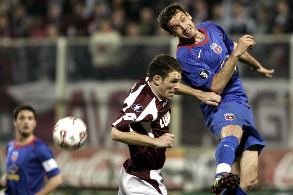 Sorin Paraschiv şi Ionuţ Stancu se luptă pentru balon în partida dintre Steaua şi Rapid, pe stadionul Giuleşti, în Bucureşti, joi, 29 martie 2006. Meciul contând pentru sferturile de finală ale Cupei UEFA s-a terminat cu scorul de 1-1.