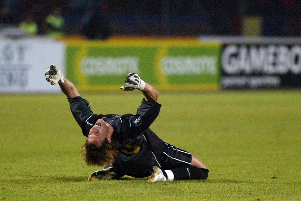 Portarul echipei Steaua, Carlos Fernandes reacţionează la sfârşitul meciului împotriva echipei Rapid din sferturile de finală ale cupei UEFA, în Bucureşti, joi, 6 aprilie 2006. Steaua s-a calificat în semifinalele competiţiei.