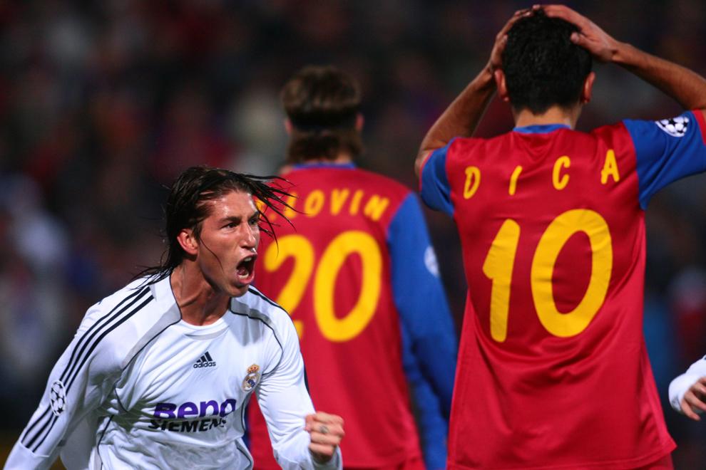 Jucătorul echipei Real Madrid, Sergio Ramos, se bucură după un gol înscris, în meciul împotriva echipei Steaua Bucureşti, din cadrul grupei E a Ligii Campionilor la fotbal, în Bucureşti, marţi, 17 octombrie 2006.