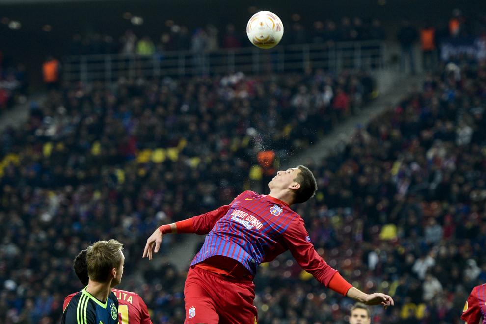 Florin Gardoş, de la Steaua Bucureşti, se luptă pentru balon, în timpul meciului cu Ajax Amsterdam, contând pentru manşa secundă a saisprezecimilor Ligii Europa, pe Arena Naţională din Bucureşti, joi, 21 februarie 2013.