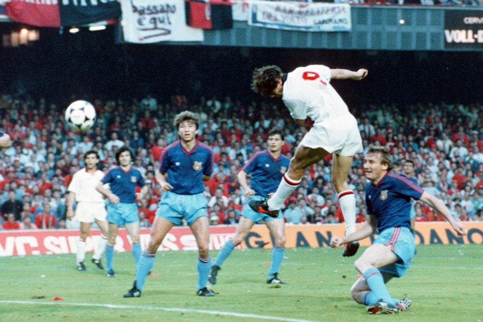 Marco Van Basten de la AC Milan înscrie un gol în timpul finalei Cupei Campionilor Europeni disputat împotriva echipei Steaua Bucureşti, pe stadionul Nou Camp din Barcelona, miercuri, 24 mai 1989.