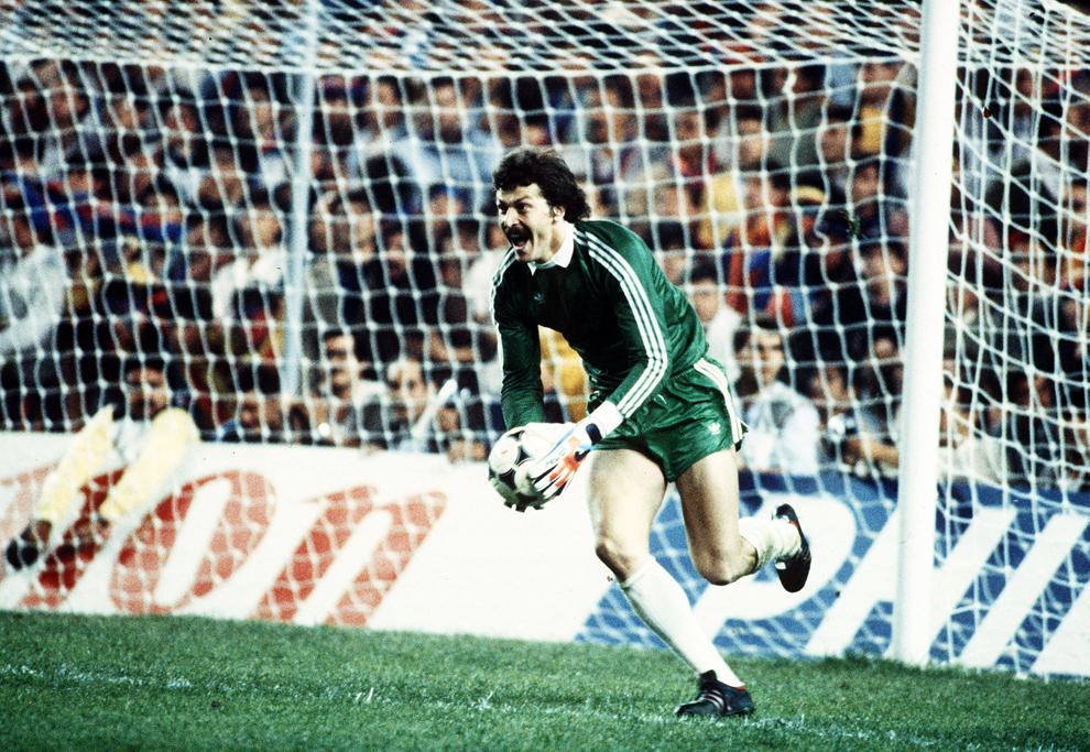 Portarul echipei Steaua Bucureşti, Helmuth Duckadam reacţionează la finalul meciului contra echipei FC Barcelona, în urma căruia Steaua a câştigat Cupa Campionilor Europeni, în Sevilla, miercuri, 7 mai 1986.