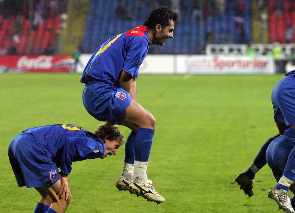 Nicolae Dică de la Steaua Bucureşti se bucură după înscrierea unui gol în timpul meciului disputat contra echipei RC Lens, în Bucureşti, joi, 20 octombrie 2005.