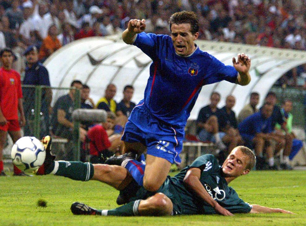 Ştefan Nanu de la Steaua Bucureşti se luptă pentru balon cu Dmitri Ghintov de la Neman Grodno, într-un meci de calificare în cupa UEFA, în Bucureşti, joi, 28 August 2003.