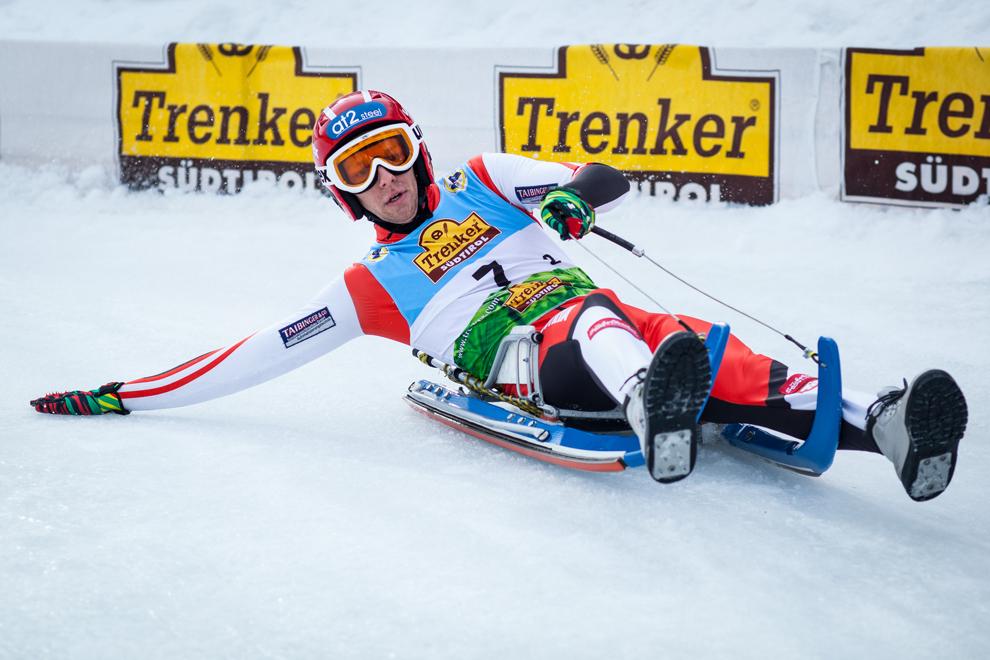 Un sportiv coboară pe pârtia Bucovina din Vatra Dornei, în timpul etapei a V-a din Cupa Mondiala de Sanie pe piste naturale, duminică, 24 februarie 2013.