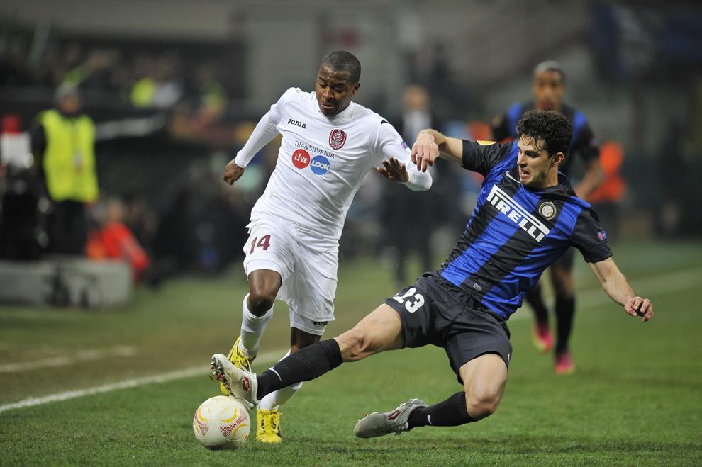 Robert Maah (S), de la CFR Cluj, îşi dispută balonul cu Andrea Ranocchia (D), de la Inter Milano, în meciul de fotbal din prima manşă a 16-imilor de finală ale Ligii Europa, în Milano, joi, 14 februarie 2013.
