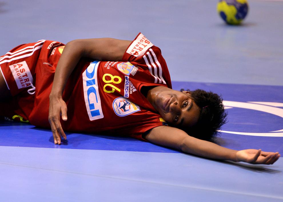 Barbosa Alexandrina Cabral, de la Oltchim Râmicu Vâcea, se relaxează după marcarea unui gol în meciul de handbal cu Zvezda Zvenigorod, din grupa a 2-a a Ligii Campionilor, la Râmnicu Vâlcea, sâmbătă, 16 februarie 2013.